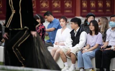 Saki小夭夭现身北京时装周 素衣纯净可人